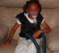 ילדה חולת CF נעזרת במערכות נשימה. מתוך ויקיפדיה