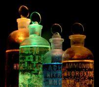 חומרים כימיים בבקבוקי זכוכית. מתוך ויקיפדיה