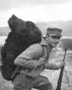 """צייד מאושר נושא ראש של דב קודיאק. תצלום: שירות הטבע והיערות של ארה""""ב. מתוך ויקיפדיה"""