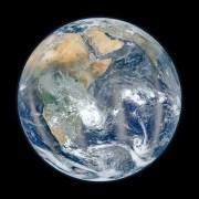 """הגולה הכחולה - הפעם חצי הכדור המזרחי. צולם בינואר 2012 מהחללית סומי-NPP. צילום: נאס""""T ו-NOAA"""