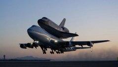 מעבורת החלל דיסקברי מוטסת בשנת 2009 מקליפורניה שם נחתה בחזרה למרכז החלל קנדי בפלורידה. טיסה דומה תביא אותה בקרוב למוזיאון התעופה והחלל בוושינגטון