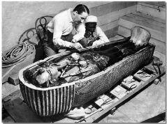 רגע פתיחת ארון הקבורה של תות ענח' אמון. הווארד קרטר משמאל לידו מביא המים המצרי אשר גילה את המדרגות שהובילו למציאת הקבר. מתוך ויקיפדיה
