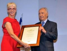 """רותי אלון, יו""""ר משותף של כנס ביומד 2012 מעניקה לנשיא המדינה שמעון פרס אות הוקרה מתעשיית הביומד"""