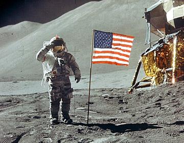 """באז אלדרין מצדיע לדגל ארה""""ב על הירח, על רקע ה-EAGLE. צילום: ניל ארמסטרונג"""