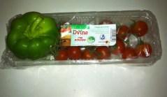 עגבניות שרי ופלפל ירוק - קרוב משפחתם. צילום: אבי בליזובסקי
