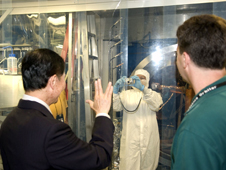 """ג'ורג' טאקיי, סולו מסדרת מסע בין כוכבים המקורית הצדיע לעובדי נאס""""א בברכת """"חיו חיים ארוכים ומשגשגים"""" בעת ביקורו ב-2008 במרכז החלל גודארד במרילנד. צילום: נאס""""אT"""