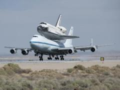 מעבורת החלל אנדוור על גב המטוס הנושא בבסיס חיל האוויר אדוארדס בקליפורניה