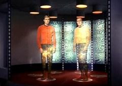 סצנת העברת בני אדם באמצעות קרן הגרירה מחללית האנטרפרייז לאדמת כוכב הלכת הסמוך מתוך הסדרה מסע בין כוכבים.