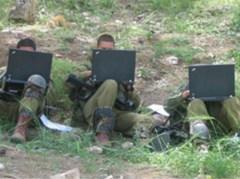 """המחקר ליווה יותר מ-1,000 חיילים מרגע הגיוס, עד אחרי הפעילות המבצעית. חיילים מבצעים את מטלות הקשר במחשב במהלך השירות. צילום: אילן ולד, אוניברסיטת ת""""א"""