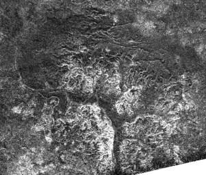 """קניונים בחצי הכדור הדרומי של טיטאן, בהדמיית מכ""""מ מהחללית קאסיני. צילום: נאס""""א"""