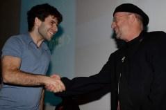 נשיא אינטל ישראל מולי אדן מעניק את המלגה לאחד הסטודנטים. צילום: ישראל הדרי