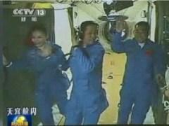 חברי צוות החללית שנז'ו 10 נכנסים לתחנת החלל הנסיונית טיאנגונג-1 ב-13 ביוני 2013