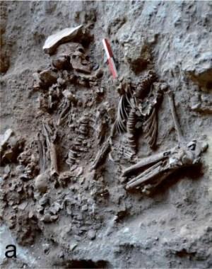 קבר מצופה במצע פרחים במערת רקפת בכרמל. צילום: אוניברסיטת חיפה. מתוך מחקר בראשות פרופ' דני נדל שפורסם ב-PNAS, ב-4 ביולי 2013