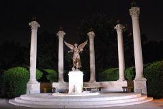 פסל המהווה גם את סמלה של אוניברסיטת בל סטייט באינדיאנה. מתוך ויקיפדיה