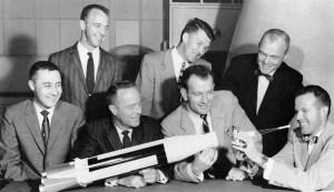 מימין לשמאל: גורדון קופר, ג'ון גלן, סלייטון, וולטר שירה, סקוט קרפנטר, אלן שפרד וגאס גריסום. 1962