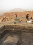 """החפירה לעומק השכבות מגלה את היסטוריית הפעילות האנושית בגבעת העבדים-כ- 150 שנים של הפקת נחושת המגיעות לשיא במאה ה-10 לפנה""""ס"""