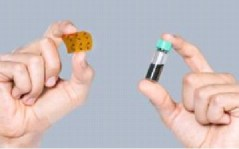 """בדרך לקוטג'? גלאי גז גמישים ובעלי ביצועים גבוהים שרוססו על גבי מצע פלסטיק (משמאל). הגלאים יוצרו ע""""י ריסוס של תמיסת ננו-שפופרות פחמן (בשפופרת מימין) (התמונה באדיבות: Uli Benz/TUM)."""