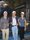 מימין: פרופ' שלומית טרם, פרופ' גיורא מיקנברג, פרופ' הירו יואסאקי מיפן על רקע החיישנים במתקן אטלס ב-CERN שרובם יוצרו בישראל ומקצתם ביפן. (צילום: אבי בליזובסקי, יולי 2008)