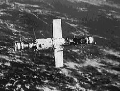 מעבדת החלל סאליוט 6 כשאליה מחוברת חללית סויוז מצד אחד וחללית אספקה מדגם פרוגרס בצד השני. מתוך ויקיפדיה