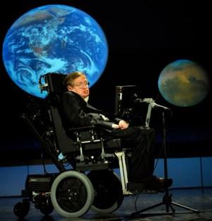 """פרופ' סטיבן הוקינג בהרצאה בנאס""""א, 2008. צילום: NASA. מתוך ויקיפדיה"""