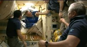 """חברי הצוות ה-39 של תחנת החלל הבינלאומית מגיעים לתחנה, 27/3/14.  צילום: הטלוויזיה של נאס""""א"""