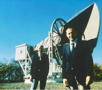 וילסון (משמאל) ופנזיאס (מימין) על רקע אנטנת השופר ששימשה אותם בעת גילוי קרינת הרקע הקוסמית. מקור: ויקיפדיה