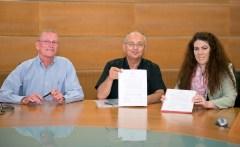משמאל לימין: דיקן הפקולטה למדעי ההנדסה באוניברסיטת בן-גוריון בנגב, פרופ' יוסי קוסט, רקטור האוניברסיטה, פרופ' צבי הכהן והמנהלת האקדמית של Mit , פרופ' קריסטין אורטיז, חותמים על ההסכם.