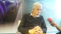"""מנכ""""ל CERN פרופ' רולף הוייר בשיחה עם עיתונאים ישראלים במשרדי הנהלת הארגון בז'נבה. צילום: אבי בליזובסקי"""