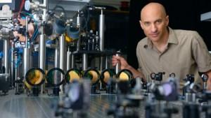 מחקר שיוכל לפתור שאלות יסוד בפיזיקה. פרופ' ג'ף סטיינהאואר. תצלום באדיבותו