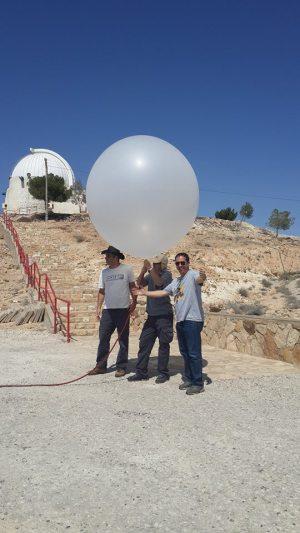 פרופ' יואב יאיר ואנשי צוותו עם הבלון המשתתף בניסוי העוקב אחר רמות החשמל באטמוספירה. צילום: המרכז הבינתחומי הרצליה