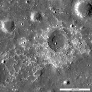"""התצורה המכונה מסקלין (Maskelyne) היא אחת מתצורות גיאולוגיות צעירות רבות המפוזרות על הירח, והמכונות """"תבניות ימות לא סדירות"""" תצורות אלה נחשבות שרישים של הפתרצויות בזלתיות קטנות שהופיעו בשלב מאוחר יותר מאשר סברו עד כה לגבי וולקניות הירח צילום: NASA/GSFC/Arizona State University"""