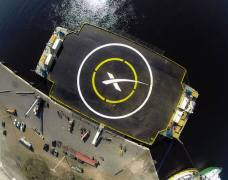 משטח הנחיתה הרובוטי של הפלקון-9. מסוגל להישאר ללא תנועה גם בים סוער.