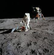 """האסטרונאוט באז אודלרין מציב ניסוי סיסמולוגי בים השלווה, במסגרת מבצע אפולו 11, 20 ביוני 1969. צילום: נאס""""א"""