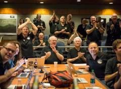 """""""חברי הצוות המדעי של ניו הוריזונס מריעים לנוכח התמונות החדות שהגיעו מפלוטו לפני טיסת ההתקרבות היום, 14 ביולי 2015 במעבדה לפיזיקה יישומית באוניברסיטת ג'ונס הופקינס, מרילנד. צילום: : NASA/Bill Ingalls"""