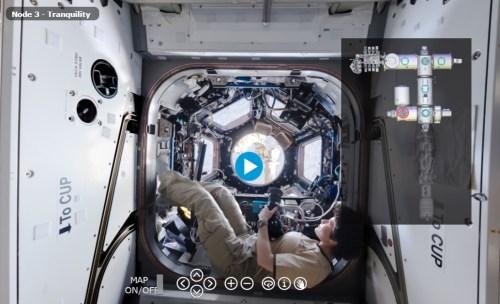צילום מסך מתוך הסיור הפנורמי האינטראקטיבי בתחנת החלל הבינלאומית, באתר סוכנות החלל האירופית. במסך זה רואים את האסטרונאוטית האיטלקיה סמנתה כריסטופורטי, על רקע רכיב קופולה,  רכיב הבולט החוצה מ-NODE 3 של התחנה, ומורכב משבעה חלונות שמהן רואים את כדור הארץ ואת שאר חלקי התחנה. צילום: סוכנות החלל האירופית
