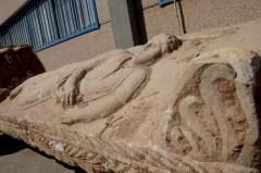 דמות הגבר שפוסלה על מכסה ארון הקבורה, ככל הנראה בדמות האדם שנקבר בארון קבורה שנחשף באשקלון, ספטמבר 2015. צילום: יולי שוורץ רשות העתיקות