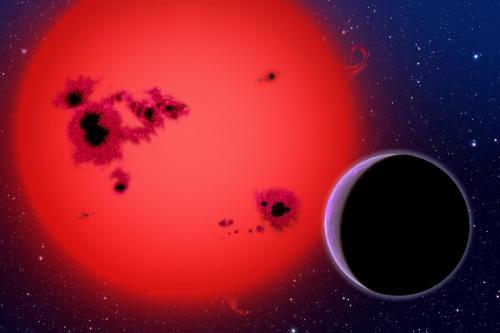 הדמיית אמן של ננס אדום וכוכב לכת מסוג ענק גז מקיף אותו. צילום: : DAVID A. AGUILAR (CFA/HARVARD-SMITHSONIAN)