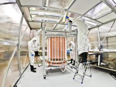 """מדענים בלבוש ייעודי עובדים על הקסנון 1 טון TPC. צילום: יח""""צ"""