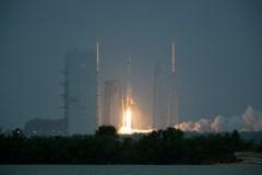 """שיגור חללית האספקה סיגנוס של אורביטל על גבי טיל דלתא V של ULA מכף קנוורל, 6/12/15. צילום: נאס""""א"""