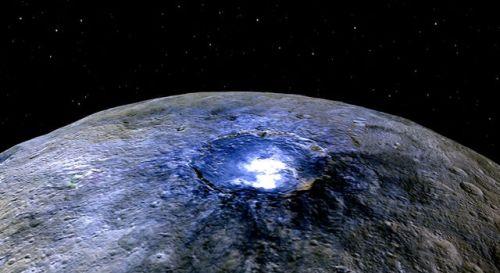 פני השטח של כוכב הלכת הננסי קרס כפי שצילמה החללית DAWN המקיפה אותו. החומר הלבן בתוך המכתש - סוג של מלח. צילום: NASA