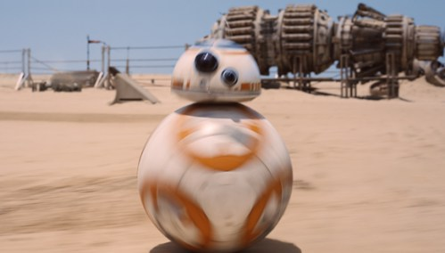 """הרובוטית BB-8 בפעולה. תמונה מתוך הסרט """"הכוח מתעורר"""". צילום: David James"""