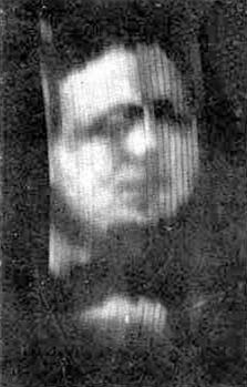 התמונה המפורסמת של שותפו העסקי של ג'ון לוגי ביירד, אוליבר הטצ'ינסון מראה בקירוב כיצד נראו פנים אנושיות בטלוויזיות הראשונות. זה צילום המסך הראשון אי פעם משידור טלוויזיה.