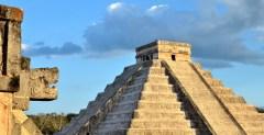 """""""נחש האור"""" ביום השוויון בפירמידת Chichen Itza במקסיקו. צילום: shutterstock"""