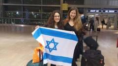 """שירה בן דור, מירושלים, בת 17 תלמידת בית הספר ליד""""ה, מאיה נוה, בת 15 מחיפה, תלמידת בית הספר ליאו בק, הזוכות במדליית כסף באולימפיאדת המתמטיקה לנערות"""