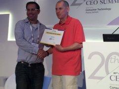 """גארי שפירו - נשיא CTA (מימין) מעניק את הזכייה לעופר פמילייר, מנהל פיתוח עסקי בחברת וירא. צילום יח""""צ"""