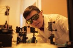 Hongrui Jiang, פרופסור להנדסת חשמל ומחשבים באוניברסיטת וויסקונסין-מדיסון במעבדתו. צילום: Stephanie Precourt