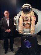 """ארט דולה, יו""""ר קרן היינלין ליד חליפת החלל שהשאיל מאוספו הפרטי למוזיאון מדעטק בחיפה. צילום באדיבותו"""