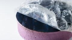 התקן דמוי ספוג הכולל בתוכו יריעה של בועות פלסטיק הקולט קרינת שמש ומחמם את המים שמתחתיו ליצירת קיטור דרך הנקבוביות שלו [באדיבות George Ni מאוניברסיטת MIT]
