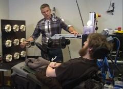 החזרת תחושה באמצעות זרוע רובוטית. צילום: אוניברסיטת פיטסבורג