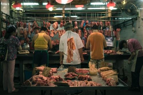 אטליז בשוק בסין. ב-30 השנים האחרונות עלתה צריכת הבשר במדינה לאדם מ-13 ל-63 קילוגרם בשנה.. תצלום: Natalie Ng